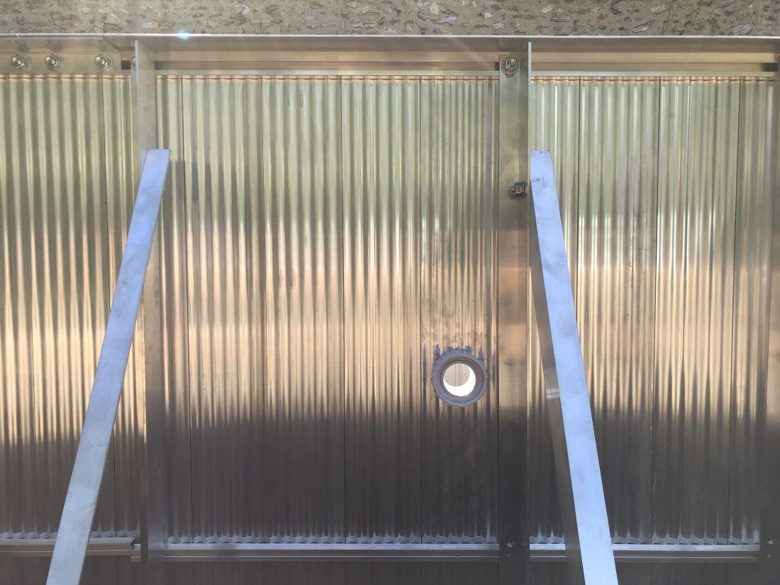 Mur de la structure aluminium Piscinelle vu de l'extérieur.
