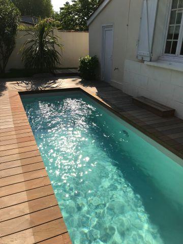 La petite piscine de 10m² donne tout son sens à cet espace au bord de la maison !
