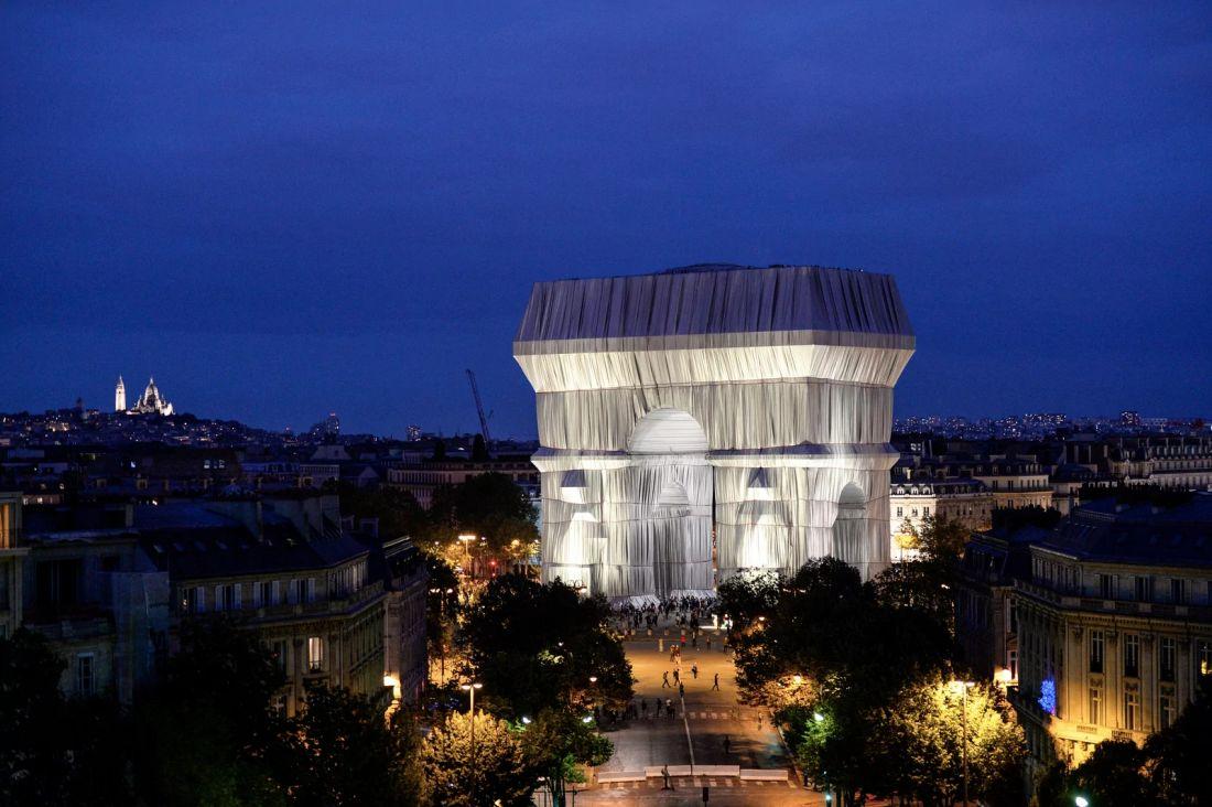 L'Arc de Triomphe revisité par Christo en septembre 2021 à la nuit tombée...