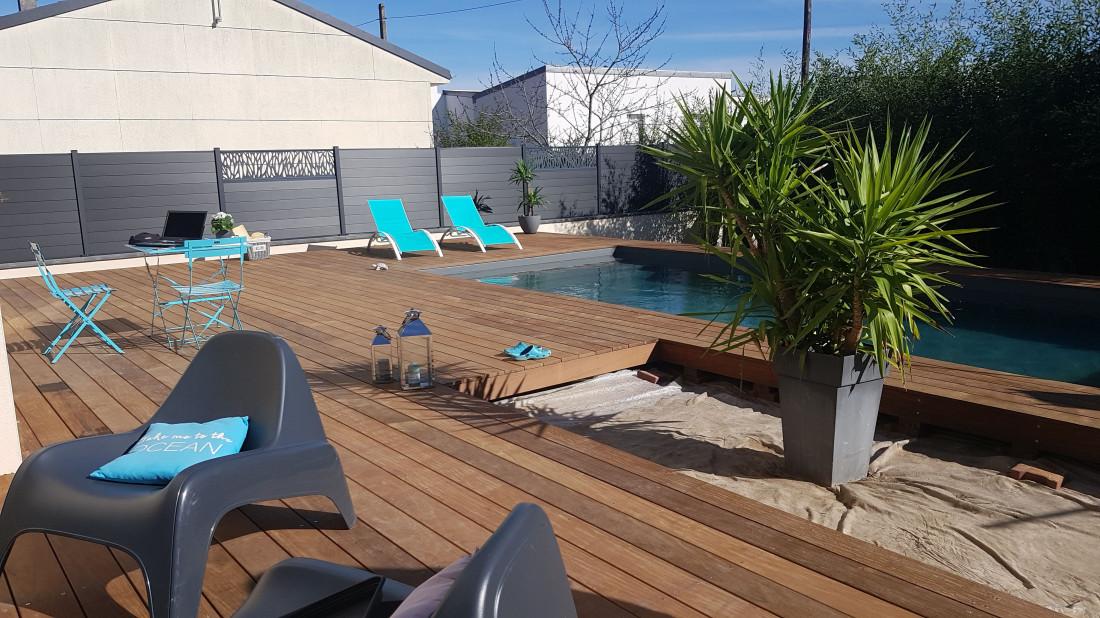 Le jardin est devenu un espace piscine design et accueillant qui apporte un sentiment de bien-être à la maison.