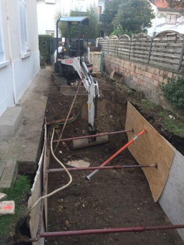 La largeur du passage permet le terrassement par une mini-pelle pour laisser place...
