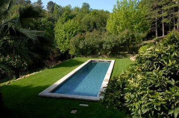 Ce bassin de nage est installé sur l'une des terrasse d'un terrain en restanque et s'intègre avec une sobriété et une discrétion parfaite dans la demeure.