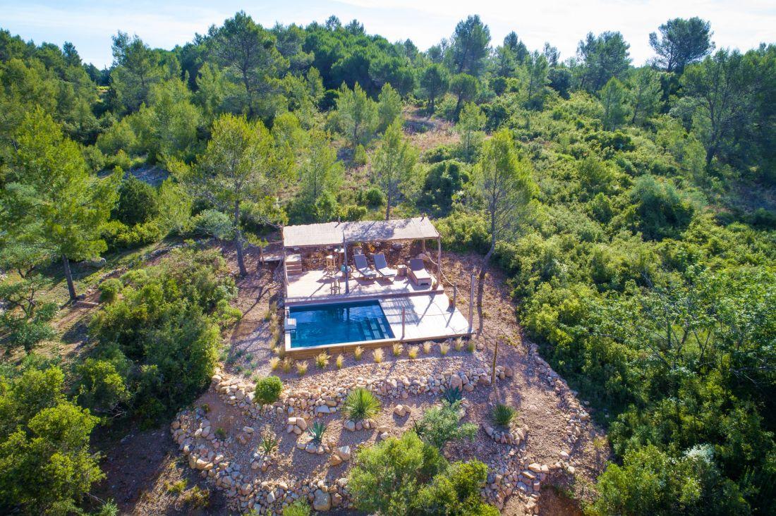 Au milieu de la garrigue, à quelques pas de la maison d'hôtes, l'espace piscine est une parenthèse, une oasis en forme d'appel à la déconnexion.