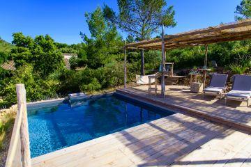 Entre pinède et champs de lavande la piscine est traitée d'une manière presque rustique avec des terrasses en sapin et du mobilier en toute simplicité... pour renouer avec l'essentiel.