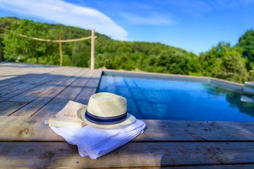 Un livre, une serviette, un chapeau... le triptyque de la poésie des vraies vacances.