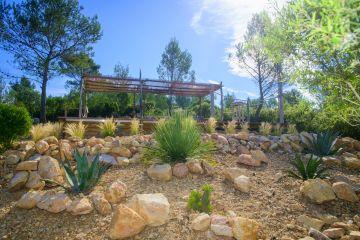 La piscine est en semi-enterrée en haut d'une butte, léger relief rocailleux si typique de la Provence.