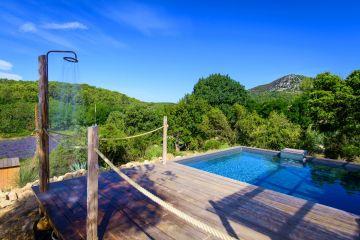 La douche de piscine, comme le reste de la réalisation, a été conçue avec la plus grande simplicité dans l'esprit d'un design total, complet, qui va jusqu'à la nécessité.