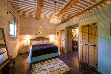Une chambre rénovée dans la bergerie avec un côté rustique et simple assumé et qui nous fait du bien.