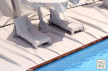 Chaises longues de piscine emballées en hommage à Christo