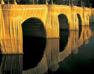 Emballage du Pont Neuf à Paris par l'artiste Christo