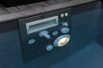 La Piscinelle Iki est équipée d'un Mur Filtrant (Mf5) véritable cerveau de la piscine qui gère l'ensemble des flux hydraulique, la nage à contre-courant et l'éclairage Led de la piscine. Tout cela avec l'élégance et la discrétion d'une belle plaque d'inox.