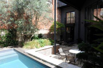 L'ensemble de la scène et la piscine invitent au repos, comme un voyage entre un jardin japonais et une architecture post industrielle.