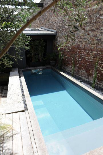 A fleur d'eau... la piscine, calme et élégante avec son liner gris sait mélanger les matériaux et les textures pour réussir un équilibre d'une allure unique.