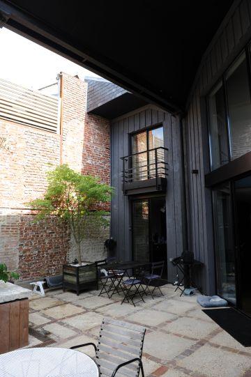 La cour intérieur dispose d'un vrai caractère industriel contemporain à la façon d'un loft.