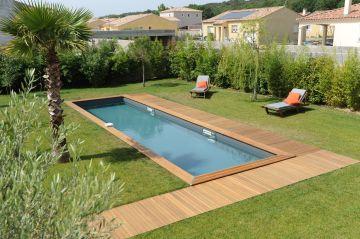 Une piscine en bois dans un jardin provencale
