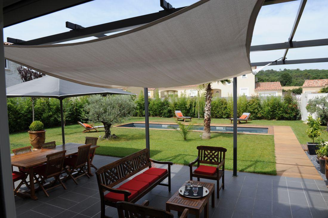 Piscine Couloir de nage design avec olivier et terrasse en carrelage