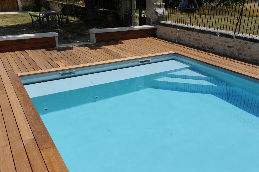Exemple de couverture automatique dissimulée sous l'escalier de la piscine.