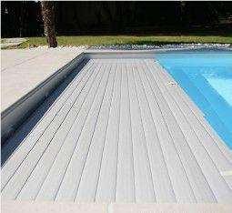 Couverture automatique de piscine de sécurité immergée sous banquette en cours d'ouverture