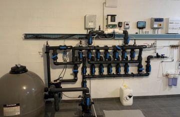 Exemple d'un local technique en cours de finalisation pour une grande piscine comportant de nombreux équipements et options d'automatisation du traitement de l'eau.
