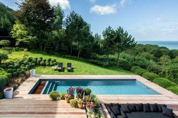 Luxe, calme et volupté... le vers de Baudelaire sonne comme une évidence et semble aussi dresser le portrait de cette création de piscine dans ce cadre si privilégié.