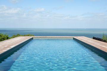 Le camaïeu de la piscine répond à celui d'une mer aux tons gris-verts souvent agitée de courants violents et qui vit au rythme des marées.