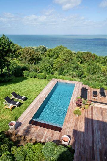 Imaginée dans sa plus grande simplicité, la piscine a le profil d'une ligne de nage qui lui confère une tenue, une élégance, comme un port de tête altier.