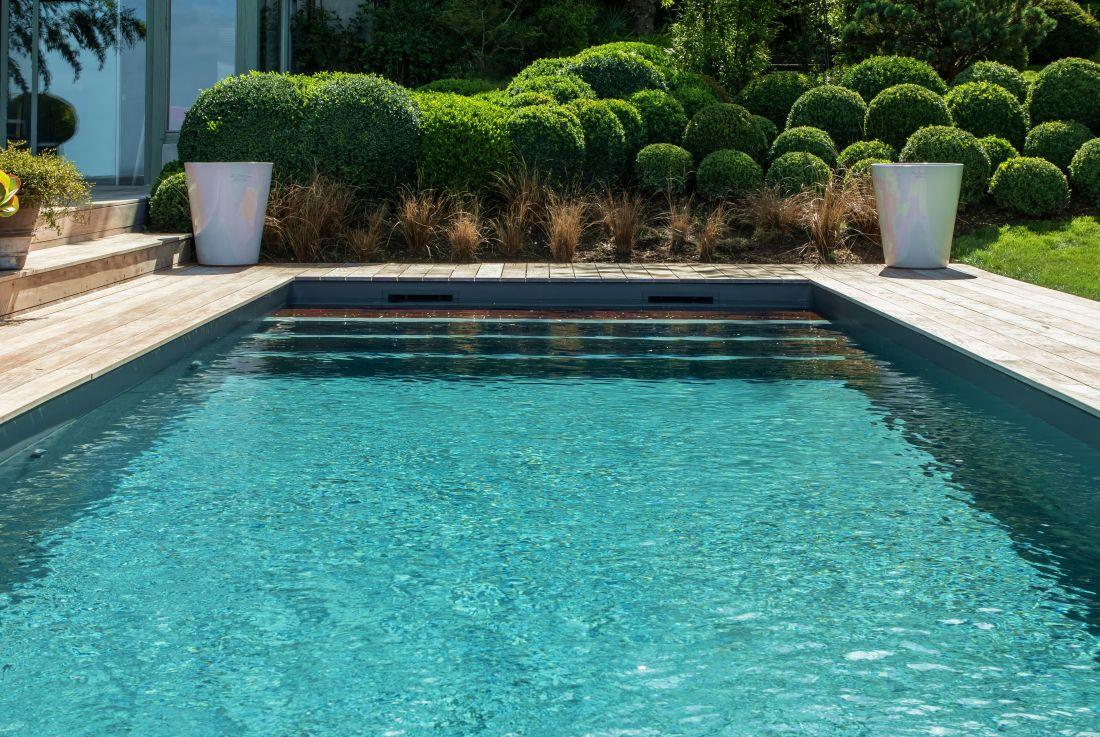 L'eau de la piscine sous cet éclairage de fin d'été est d'un vert émeraude d'une beauté époustouflante.