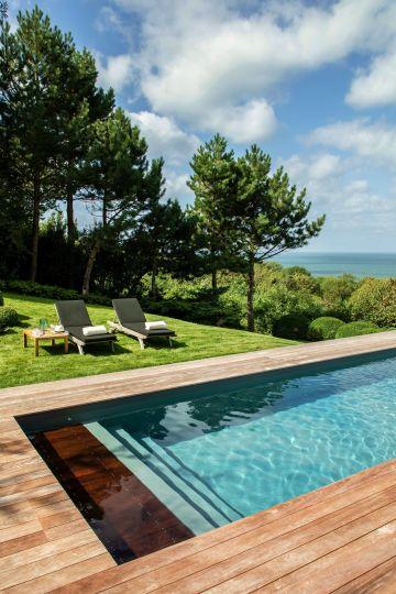 Entre ciel troublé et mer agitée, un petit morceau d'humanité s'accroche à la falaise et magnifie l'art de vivre à la française.