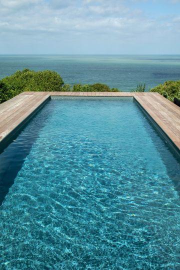 Une eau de cristal aux reflets d'émeraude guide le pas et invite au voyage... la baignade est-elle un art ?
