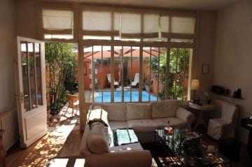 Vue de l'intérieur de la maison sur la mini piscine