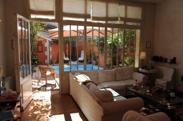 Baie vitrée qui donne sur la terrasse avec la piscine : une coure intérieure réimaginée et très apaisante