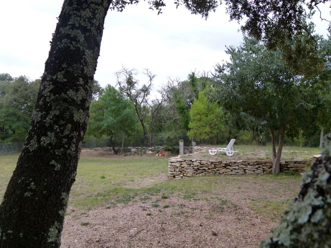 Le terrain disposait d'une terrasse naturelle bordée d'un mur traditionnel en pierres sèches