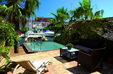 Petie piscine semi-enterrée donnant sur le port de Grimaud