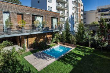Petite piscine citadine dans un milieu urbain