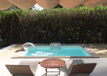 Petite piscine design avec lame d'eau Piscinelle
