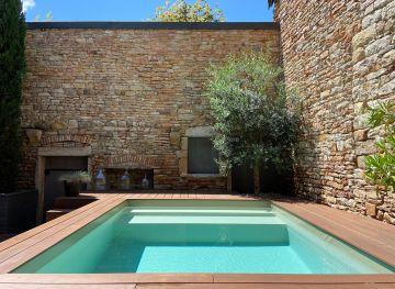La piscine est installée entre 3 murs de pierres sèches de Bourgogne et ses tons sont en harmonie avec cet environnement.