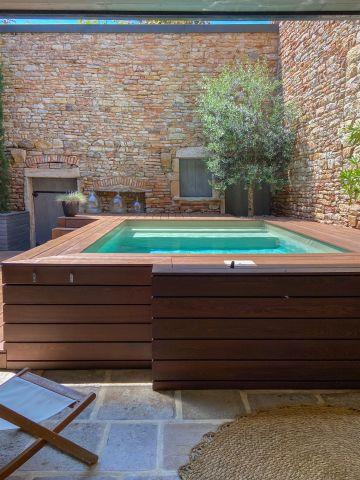 Installée dans un patio très difficile d'accès, la piscine n'a pas été totalement enterrée pour limiter les opérations de terrassement et d'évacuation des terres. Grâce au système de renfort hors-sol Piscinelle, elle est auto-portante.