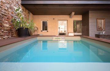 Le patio a été envisagé selon les mêmes préoccupations habituellement appliquées aux pièces intérieures... la piscine est ici conçue comme indissociable de la maison.