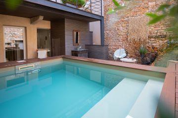 Les jeux de niveaux entre la maison, les différents plans de la terrasse et la mezzanine extérieure qui surplombe la piscine donnent un charme unique et un très beau volume à cet espace piscine.