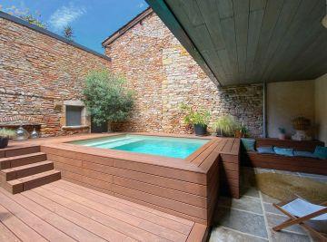 Petite piscine hors-sol de qualité installée dans une cour fermée et bardée de bois (crédit photo : Véronica Gloria).