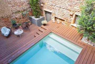 Les différents niveaux de terrasses sont accueillants et le souci du détail fait de cette petite piscine en kit un modèle d'intégration.