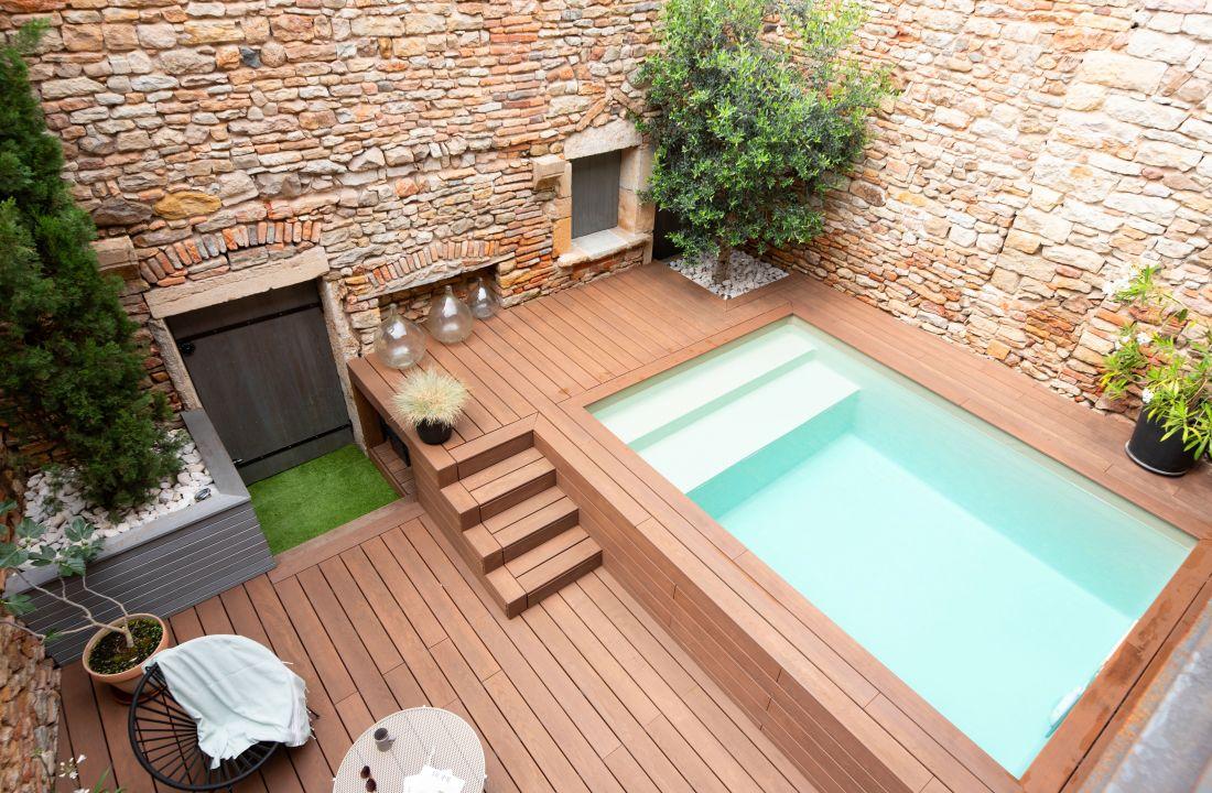 L'aménagement en différents niveaux de la cour intérieure donne un charme irrésistible à ce petit espace piscine.
