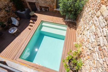 Quand le soleil est à l'aplomb du bassin, la piscine devient le miroir où laisser glisser les heures dans cette petite cour intérieure...