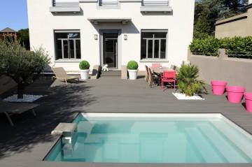 Petite piscine avec terrasse en composite et Bt25 en inox