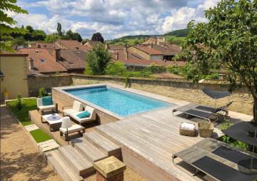 Petite piscine hors-sol avec un superbe travail sur l'aménagement de la terrasse en ipé sur plusieurs niveaux.