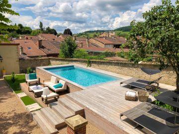 Petite piscine hors-sol avec un superbe travail sur l'aménagement de la terrasse en ipé sur plusieurs niveaux - Maison Tandem à Cluny.