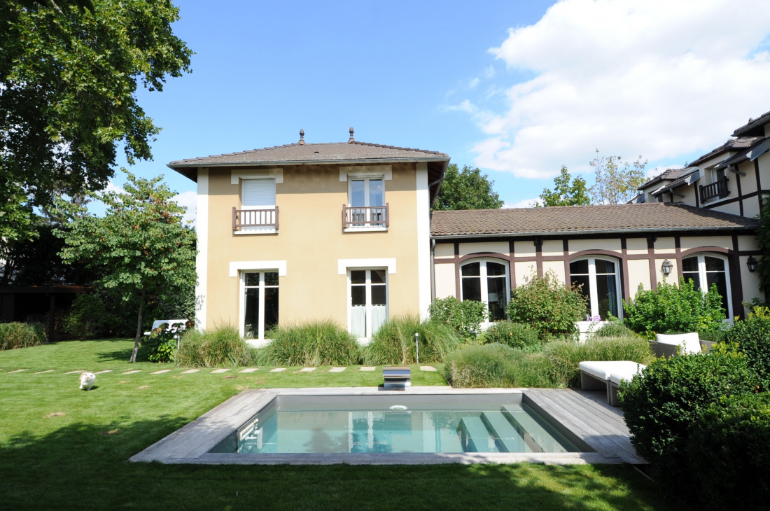 Le chat aussi court autour de la piscine, centre de gravité de ce jardin francilien.