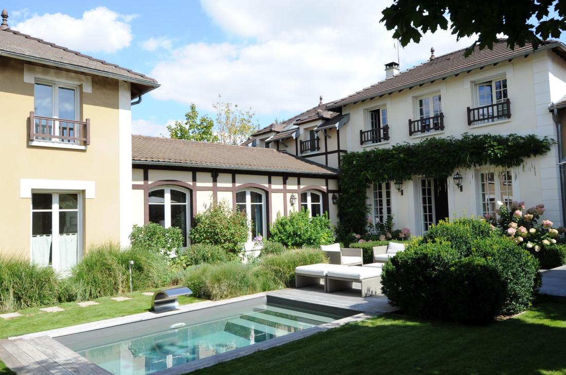 Le travail des végétaux est remarquable et crée la singularité de cette implantation de piscine, véritable cinquième pièce de la maison mais à l'extérieur.