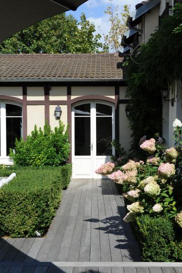 En toute sobriété, la terrasse en ipé accueille buissons taillés, hortensias et autres graminées.