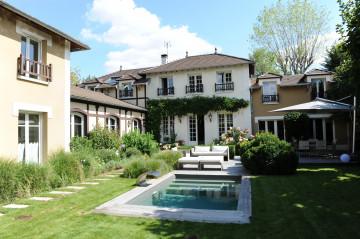 Véritable travail de paysagisme, ce jardin est un écrin très soigné et qui lie parfaitement la maison et la piscine.
